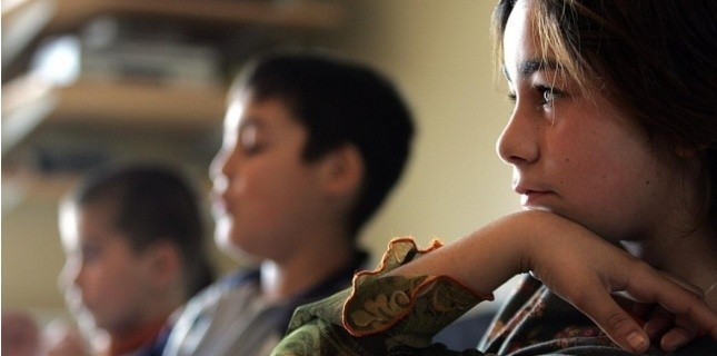 """La """"petite école"""", créée à Marseille pour scolariser les enfants, dont de nombreux Roms d'Europe de l'est, en janvier 2006. (AFP/ Anne-Christine Poujoulat)"""
