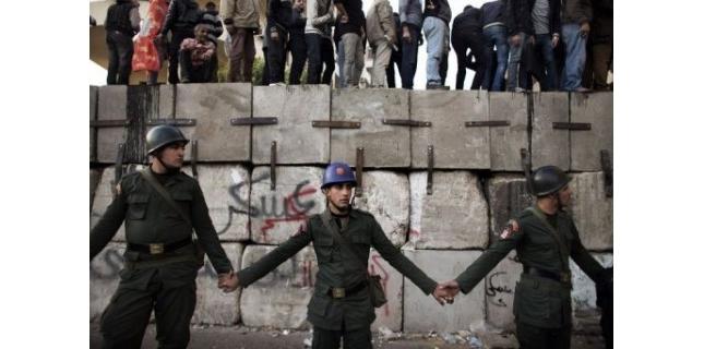 Des milliers d'opposants au président égyptien Mohamed Morsi se sont pressés mardi devant son palais, à quelques kilomètres d'une manifestation de partisans du chef de l'Etat, dans un climat de tensions qui a amené l'armée à convoquer une réunion mercredi entre les protagonistes.(c) Afp