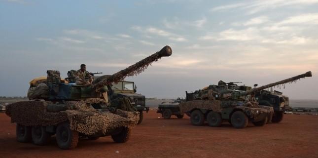 Les troupes françaises au Mali en route vers Sévaré, le 20 janvier 2013. (AFP PHOTO / ERIC FEFERBERG)