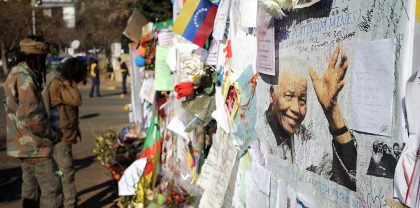 Un mur d'hommages à Nelson Mandela à Pretoria (STEPHANE DE SAKUTIN / AFP)