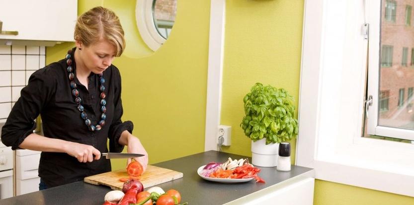 Une femme coupe des tomates chez elle - illustration (SUPERSTOCK/SIPA).