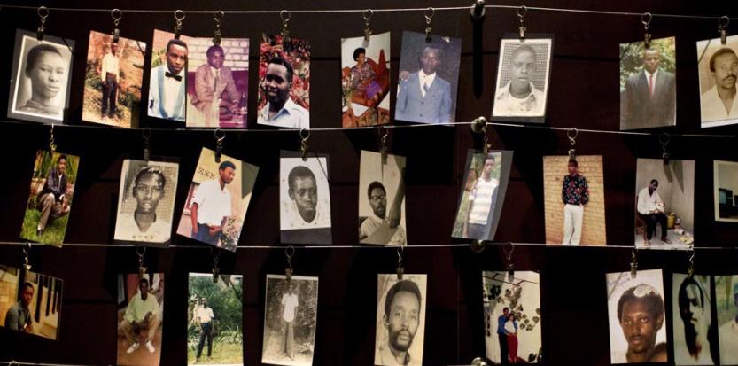 Des photos de famille des victimes du génocide accrochées dans une salle du Mémorial de Kigali, le 5 avril 2014. Ben Curtis/AP/SIPA