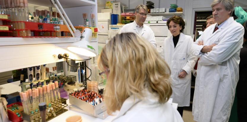 Des chercheurs de l'Institut Pasteur en compagnie de Marisol Touraine et Stéphane Le Foll (BERTRAND GUAY / AFP)