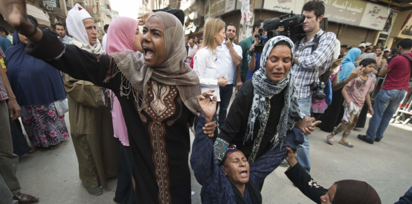 A l'annonce des condamnations le 28 avril, des mères, des filles, parquées à l'extérieur du palais, hurlent, s'évanouissent. (Khaled Desouki-AFP)