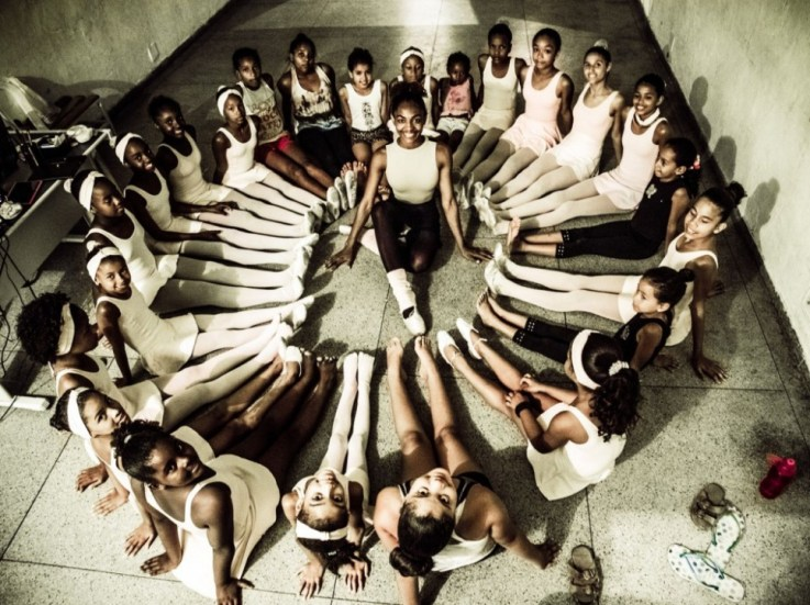 Tuany Nascimento entourée de ses petites ballerines. Consultez également le site web du photographe Sebastian Gil Miranda .