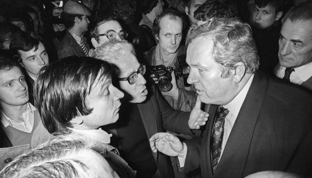 En 1977, Jean-Marie Le Pen en pleine discussion avec Alain Robert, président du GUD (MARCEL BINH / AFP)