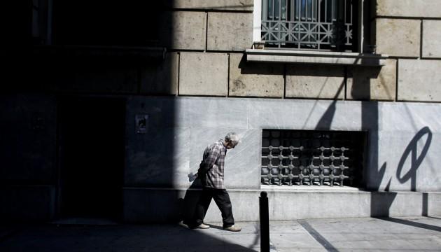 Un Grec dans une rue du centre d'Athènes, le 17/05/12 (ANGELOS TZORTZINIS/AFP)