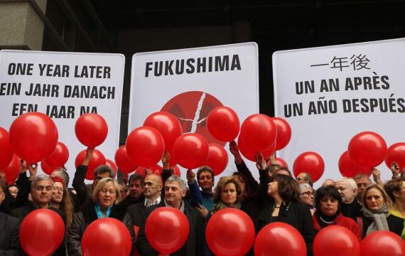 Action du groupe des eurodéputés verts devant le Parlement européen un an après l'accident nucléaire de Fukushima, Bruxelles,le 7 mars 2012 (Y.LOGGHEo/SIPA)