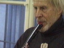 """Franz Dreyer bei Performance """"und willst du nicht mein Bruder sein..."""" mit albrecht/d., Oberwelt e.V. Stuttgart 2001, Standbild der Videodoku von Mark-Steffen Bremer"""