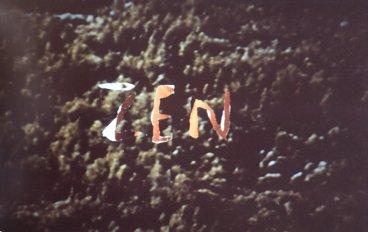"""""""Zen"""": Farbfotografie einer Abkratz-Aktion mit Fingernagel von Plakatwand"""