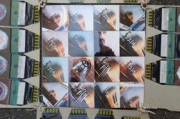 Fünfteiliges Ensemble mit Polaroids von einer Fingernagel-Decollage-Aktion und buddhistischen Ringen auf den Abzughüllen, Detail