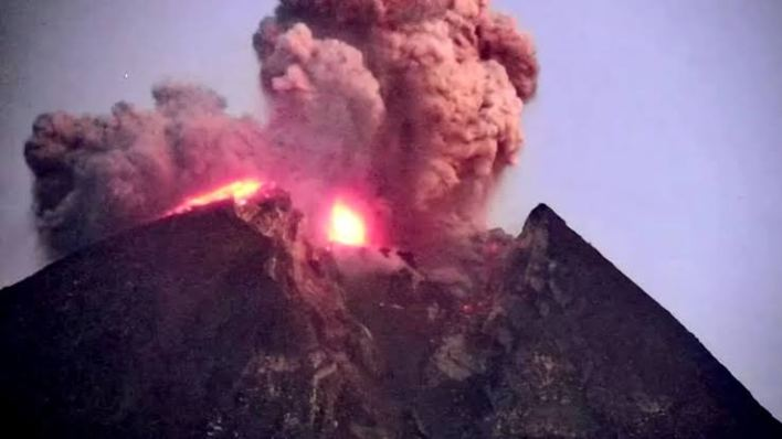 Indonesia's volcano spews Ash and hot gas today [See Video]