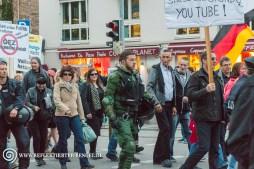 Rechts neben dem Polizisten in grüner Uniform: Peter M. (Die Rechte Aktivist) daneben Manuel G.