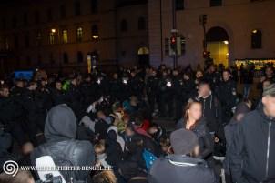 Blockade an der U-Bahnstation Universität durch Gegendemonstrant*innen
