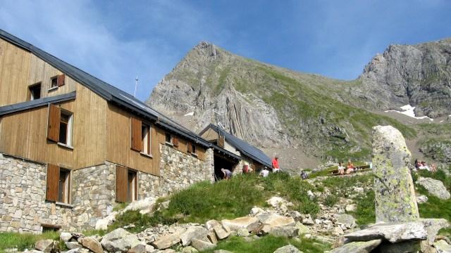 Refuge les Estagnous avec le Mont Valier