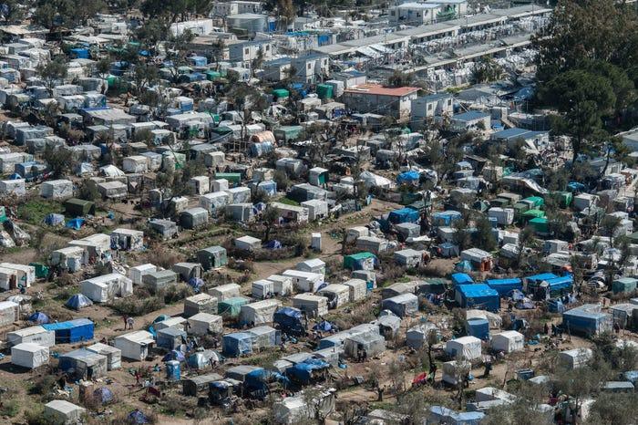 Να μετακινηθούν οι αιτούντες άσυλο και οι μετανάστες σε ασφαλή τοποθεσία