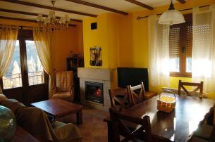 Salón con chimenea y bonitas vistas a la sierra de Gredos.