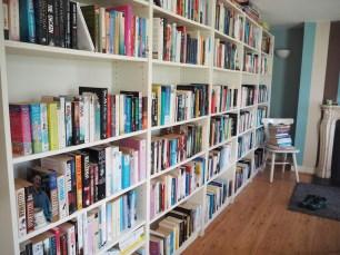 Habitación con biblioteca en alojamiento en casa de Airbnb