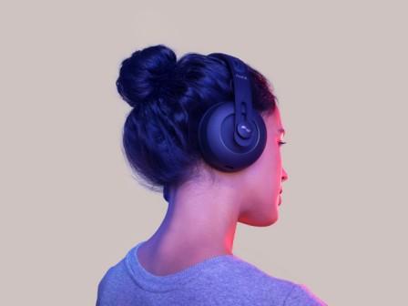 Gadget Oggetti Fantastici  Nuraphone_Person3 Nuraphone: le migliori cuffie audio per smartphone?