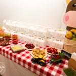Mesa complementaria con alimentos