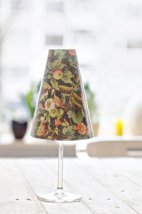 Hacer pequeñas lámparas de mesa con copas y pantallas de papel ...