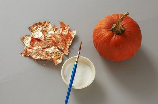 Manualidades Halloween decorar calabazas con efecto metalizado 2