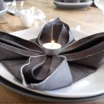 Cómo doblar servilletas con forma de flor de Pascua para mesas de Navidad