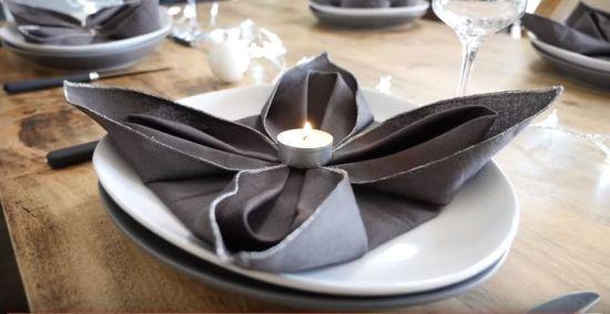 como doblar servilletas en forma de flor de Pascua para mesas de Navidad 1