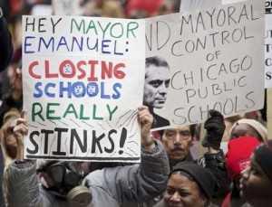 Maestros, padres de familia y estudiantes de Chicago protestaron en marzo pasado por la política educativa que incluye el cierre de escuelas públicas Foto Reuters