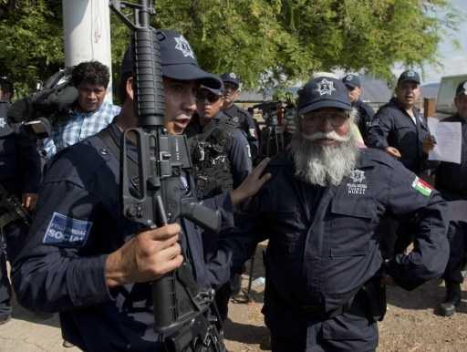 """Estanislao Beltrán, alias """"Papá Pitufo"""" (der), líder de las autodefensas de Michoacán, porta nuevo uniforme que legaliza a la milicia en el supuesto combate contra el narcotráfico. Foto: Afp/R. Schemidt"""