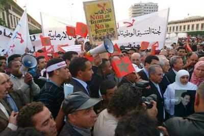 Más de mil marroquíes alzaron su voz este jueves contra los ataques de Israel a la Franja de Gaza, acción que ha dejado hasta la fecha, al menos 100 fallecidos y unos 700 heridos.