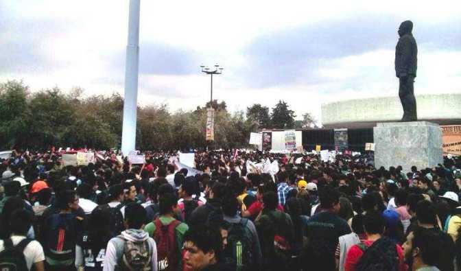 Asamblea estudiantil del IPN. Foto del medio día