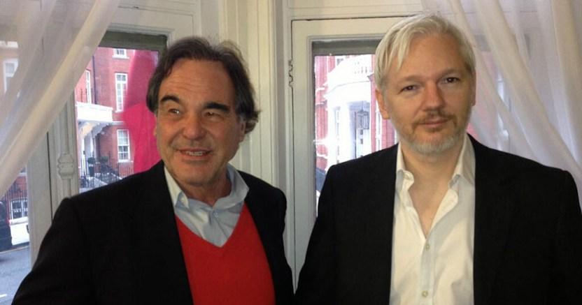 oliver stone julian assange wikileaks periodismo - Detienen a colaborador de Assange cuando intentaba salir de Ecuador