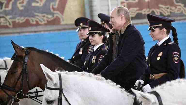 Vladímir Putin monta a caballo junto con mujeres jinete en víspera del Día Internacional de la Mujer