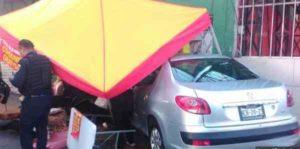 embiste puesto de comida 300x149 - Pierde el control de su auto y se lleva puesto con todo y clientes