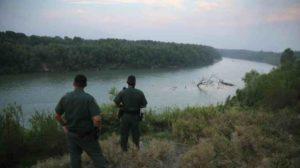 migrantes cruzando por rio 300x168 - Difunden video de migrantes cruzando el río para llegar a EEUU