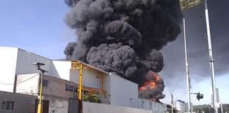 Fuego consume fábrica de plásticos en Ciudad Industrial, Michoacán
