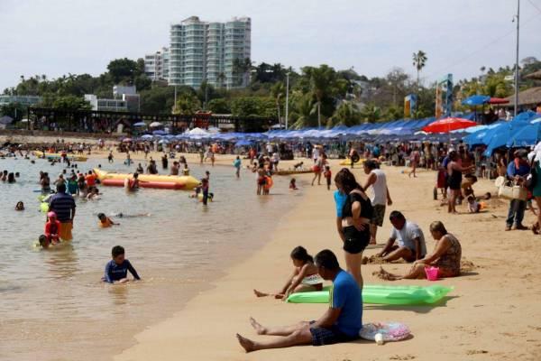 cdn 3.expansion 1 - Siguen llegando turistas a playas de Acapulco, hasta llevan tanques de oxígeno