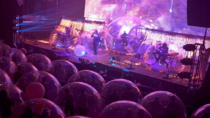 Realizan concierto de rock con público en burbujas