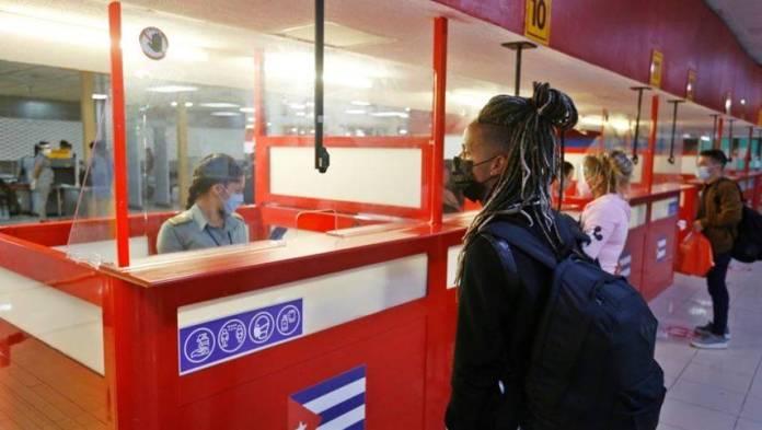 Cuba reduce vuelos de México para evitar contagios de Covid-19