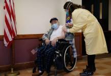 Ciudadanos norteamericanos denuncian que los ricos han sido los primeros en recibir la vacuna contra la Covid-19.