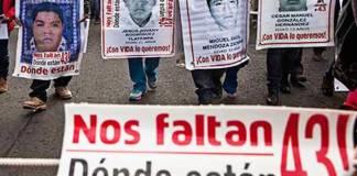 Padres de los 43 de Ayotzinapa sostiene encuentro con AMLO