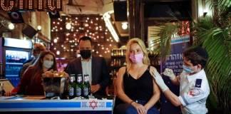 Bar israelí regala cervezas a jóvenes que se vacunan contra Covid-19