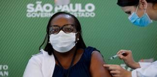 Personal de salud en Brasil vacunaron a adultos mayores con jeringas vacías