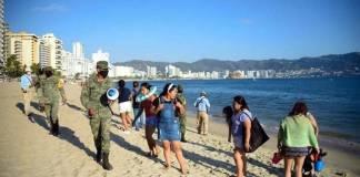 Desalojan a turistas de playas de Acapulco para evitar contagios de Covid
