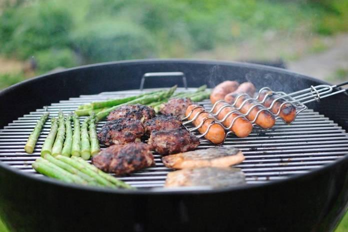Profeco alerta por químicos tóxicos en alimentos al carbón