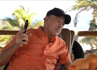 Andrés García dispara su 9mm en plena entrevista