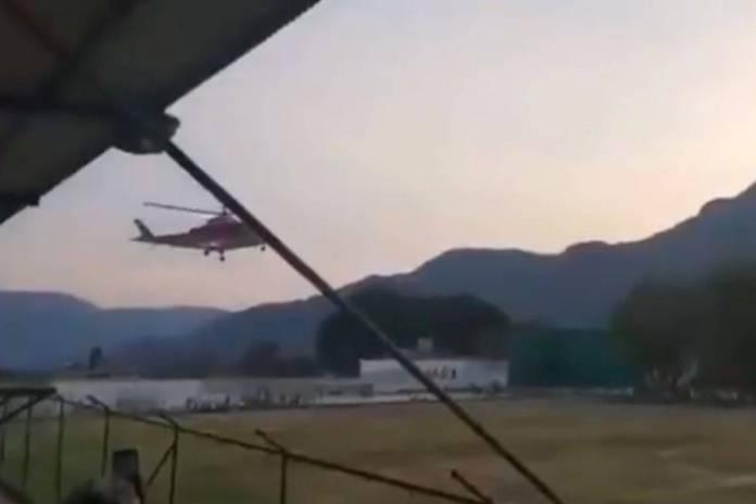 Habitantes de Malinalco lanzan piedras y botellas a helicóptero de rescate