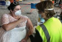 Mujer usa vestido de novia para vacunarse contra el Covid-19