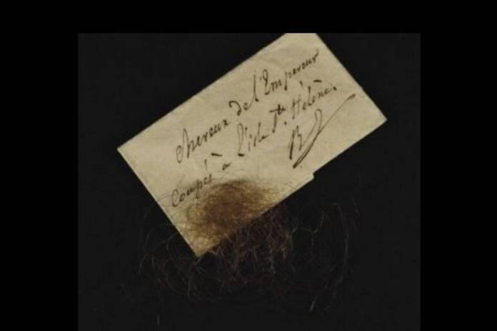 Subastan cabellos y pañuelo con restos de sangre de Napoleón